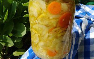 Sałatka z ogórków i marchewki na zimę