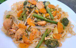 Makaron ryżowy z łososiem i warzywami w sosie curry