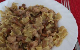 Makaron w sosie śmietanowym z kurkami i kurczakiem