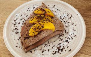 Kakaowe bezglutenowe naleśniki z brzoskwiniami z Mehl Farine Schär