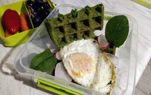 Zielone gofry z jajkiem sadzonym