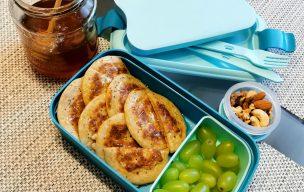 Pancake z miodem, owocami i orzechami